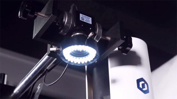 Mit Hilfe von industriellen Kameras, detektiert der Dobot M1 Bauteile schnell und zuverlässig.